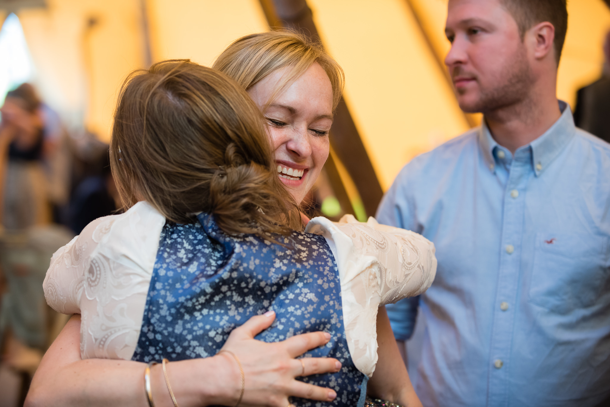 The bride and her sister hug