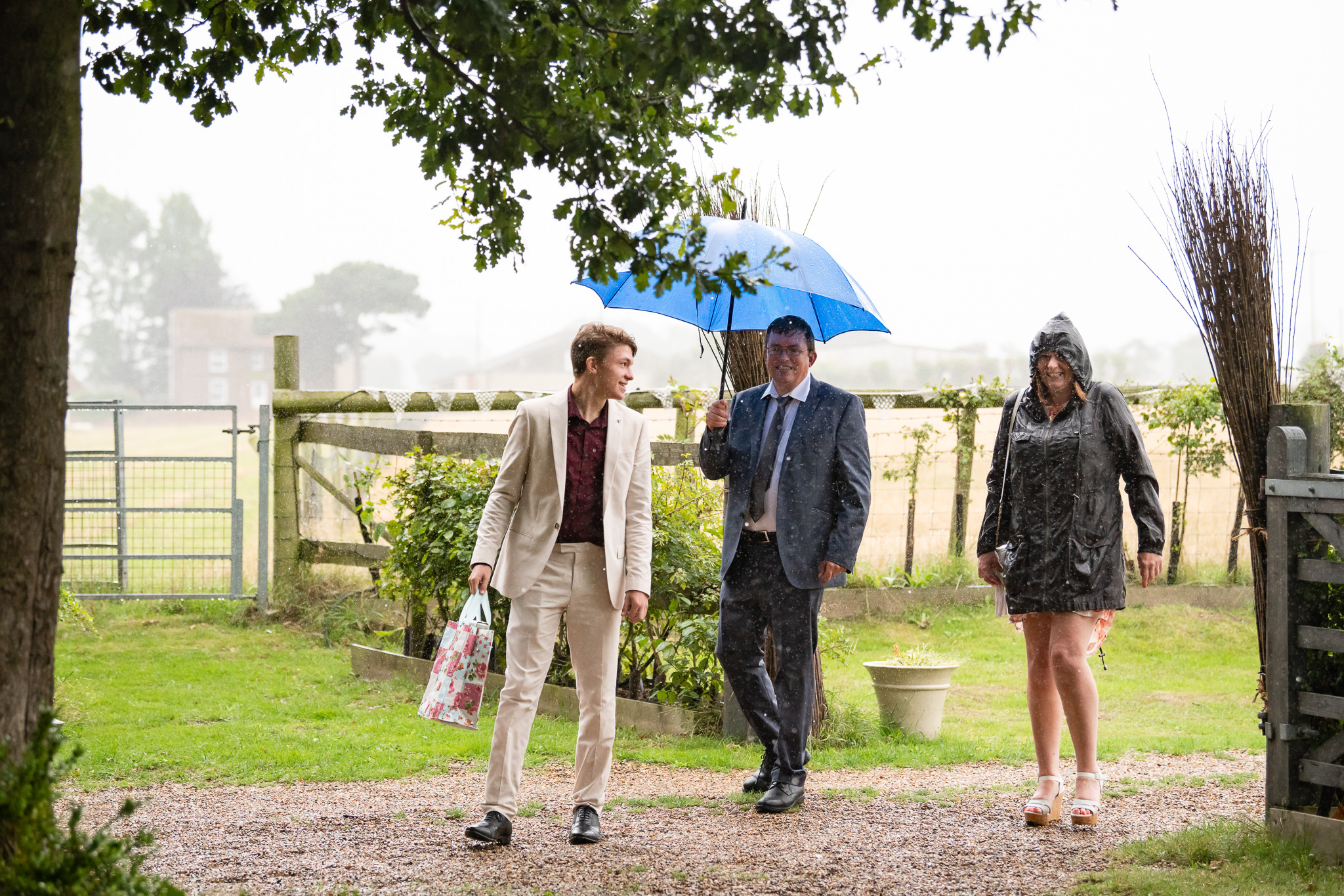 Guests arriving in the rain at the Oak Grove
